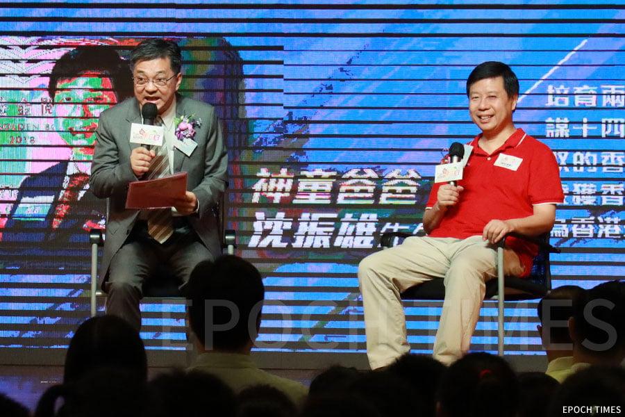 培育了兩名「天才」的父親沈振雄(右)。(陳仲明/大紀元)