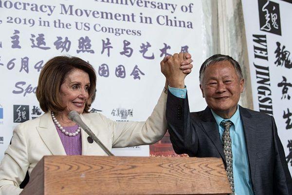 6月4日,在華盛頓國會山,佩洛西(左)和海外華人民主聯盟主席魏京生(右)攜手參加紀念六四30周年的活動。 (NICHOLAS KAMM/AFP/Getty Images)