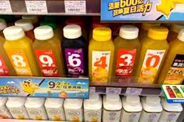 有人在超市貨架上把貼有數字標籤的飲料瓶,按照896430排列,紀念六四。(網絡圖片)