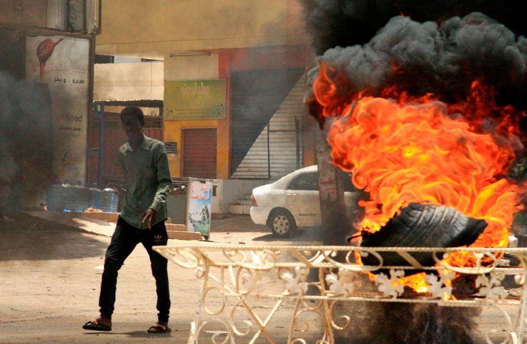 蘇丹軍事委員會3日動用武力,驅離聚集在首都喀土木軍方總部外的靜坐民眾。圖為抗議民眾試圖以燃燒廢棄物方式製造掩蔽。(EBRAHIM HAMID/AFP/Getty Images)