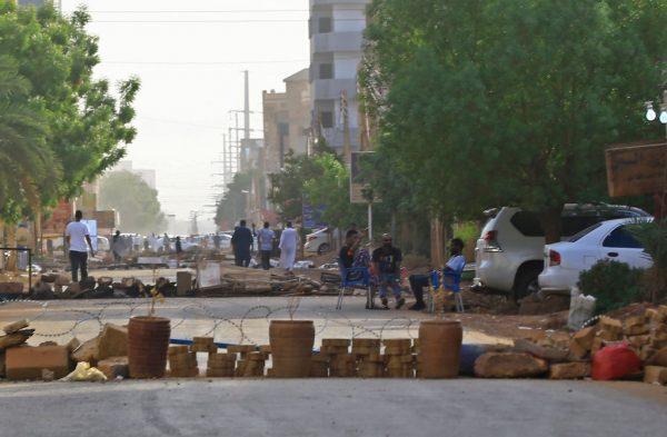 2019年6月4日,抗議者在喀土木設障礙物阻止軍方穿越該地區。(ASHRAF SHAZLY/AFP/Getty Images)