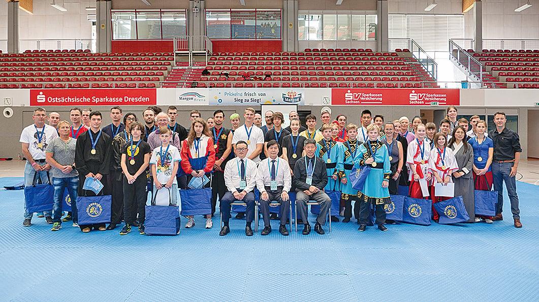 第六屆新唐人全世界武術大賽歐洲初賽在德國古城德累斯頓順利落幕,圖為評委與選手合影。(張清颻/大紀元)