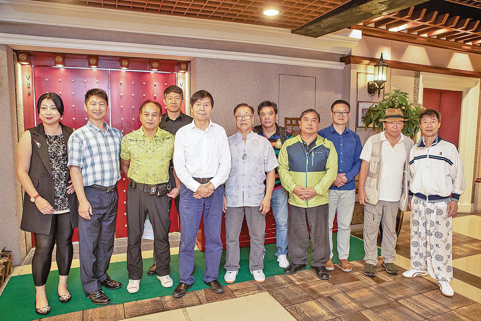 著名武術家李有甫(左五)訪港,與香港本地多名武術家交流。(余鋼/大紀元)