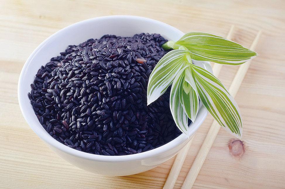 黑米是米中珍品,可以健脾暖肝補精,對於病後體虛以及腎虛均有很好的補養作用。