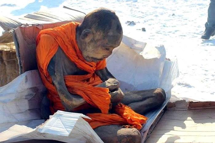 一名冥想中的僧人被發現,據考察大約有200歲,已經木乃伊化。他姿勢是處在打坐冥想的狀態,頭上仍然長著頭髮,因此有人認為他還活著。(Morning Newspaper)