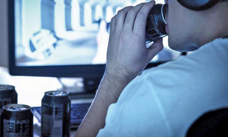 據研究顯示,飲用近1公升的能量飲料,就可對血壓和心臟功能造成潛在傷害:使血壓長時間升高,發生心率不齊帶來猝死危險,但問題並不單單是來自咖啡因。(Illustration – Shutterstock)