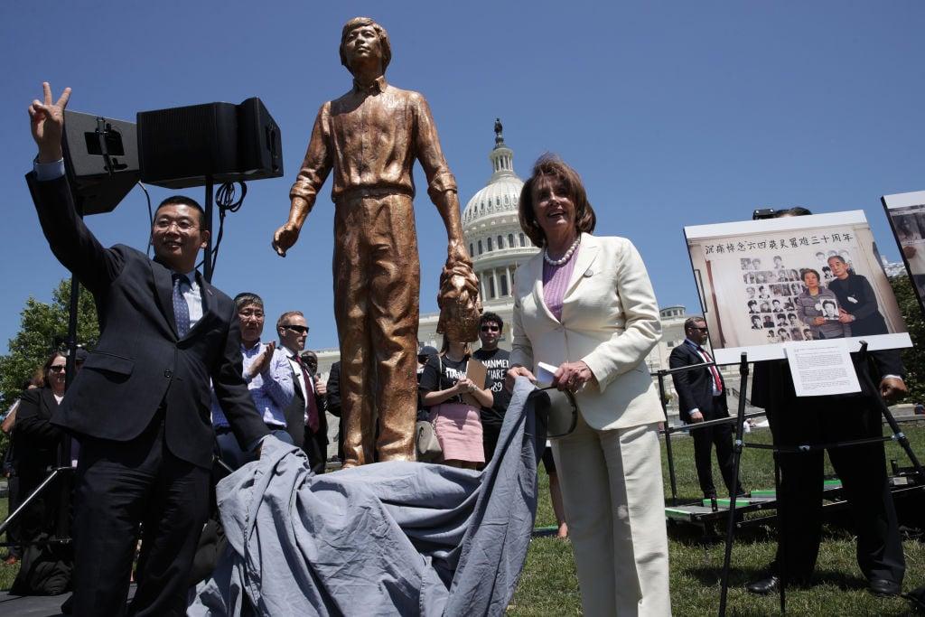 """美眾院議長佩洛西於2019年6月4日,在華府國會山前為紀念""""六四""""事件中的""""坦克人""""塑像揭幕。Alex Wong/Getty Images)"""