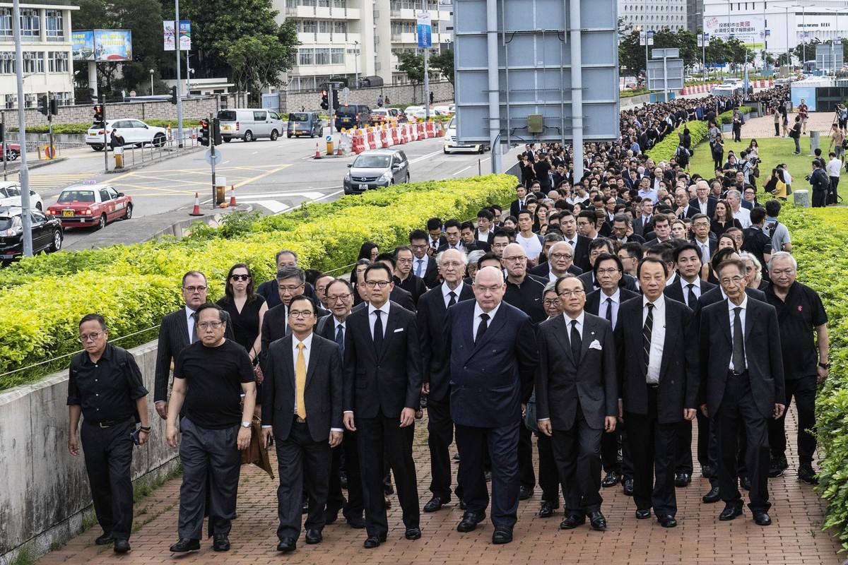 遊行香港多位重量級人物領頭,包括香港大律師公會主席戴啟思及多位前主席梁家傑、陳景生、李柱銘等人。(李逸/大紀元)
