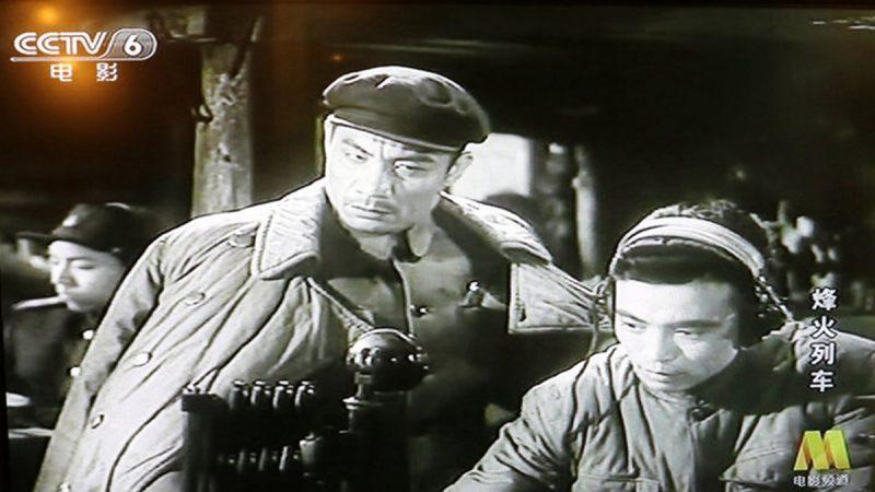 央視電影頻道(CCTV-6)更是在8天內播出7部「抗美援朝」舊片。評論人士抨擊,用這套老皇曆去教育民眾,滑稽可笑。(影片截圖)