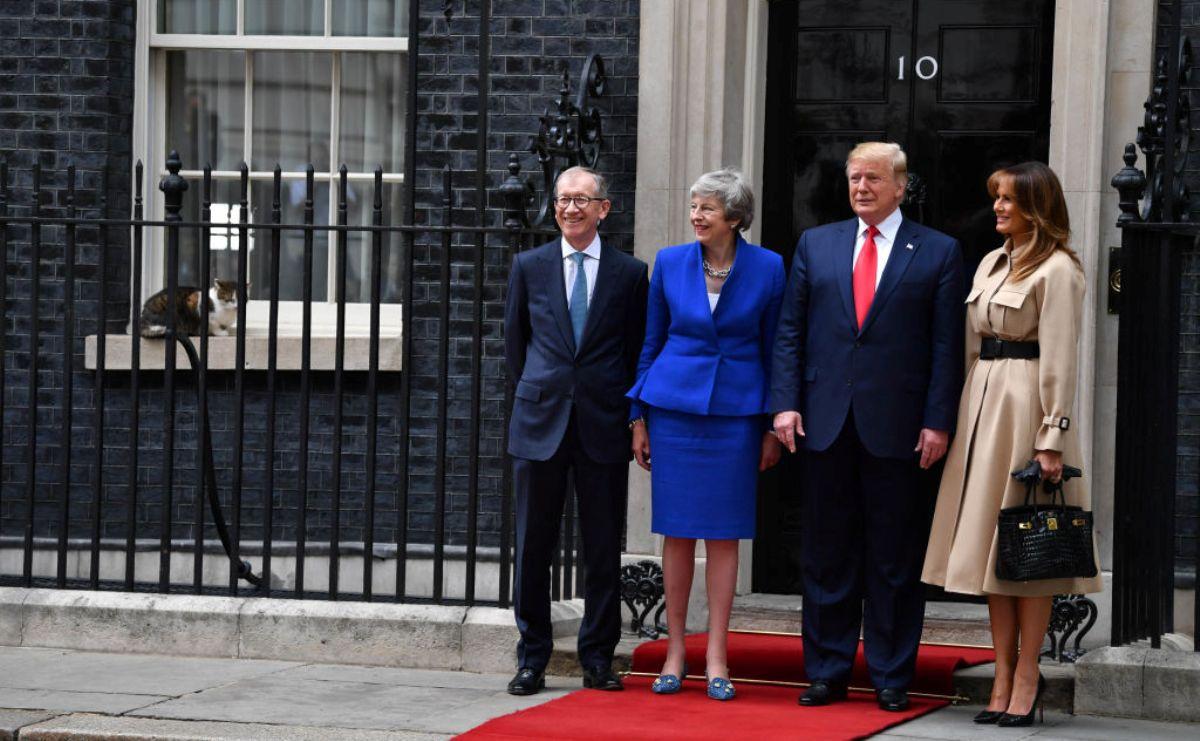 2019年6月4日,英國首相文翠珊和丈夫菲利普在英國倫敦唐寧街10號歡迎到訪的美國總統唐納德‧特朗普及其夫人梅拉尼亞‧特朗普時,英國第一貓Larry也坐在窗台上參與了合照。(Jeff J Mitchell/Getty Images)