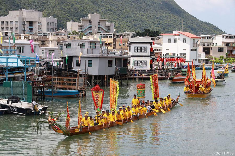 合心堂龍舟拖著載有神像的神艇,巡遊大澳水道。(陳仲明/大紀元)