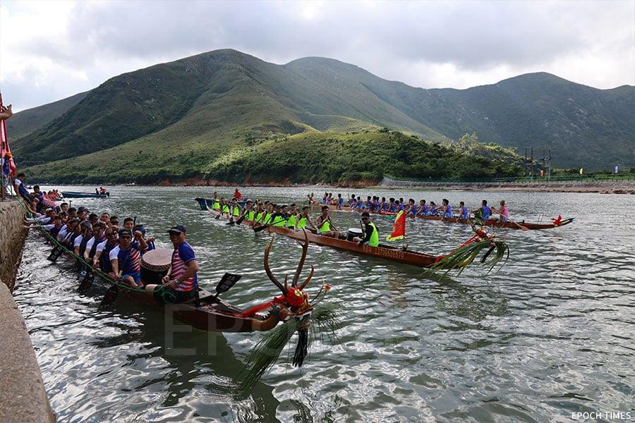端午節早上,各參賽的龍舟隊到楊侯古廟進行採青儀式。(陳仲明/大紀元)