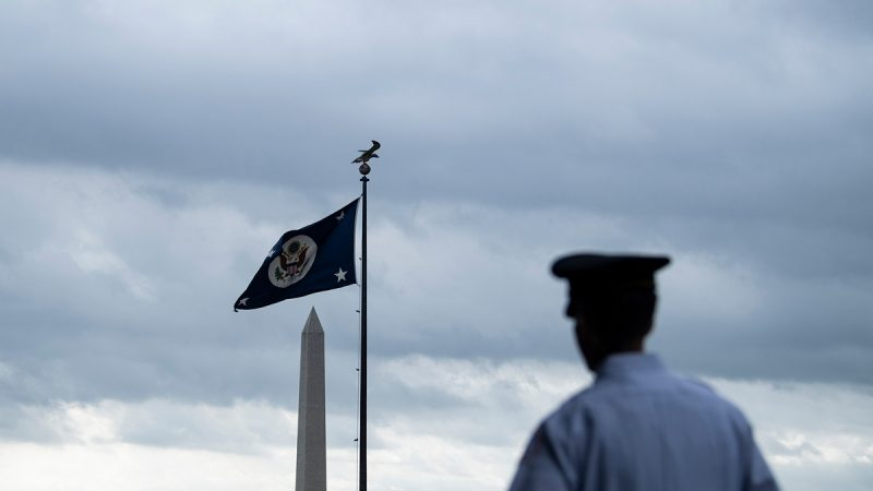 美國國務院近期正在強化對外國訪客入境美國的審查,結果嚇跑一眾中共大五毛。示意圖(BRENDAN SMIALOWSKI/AFP/Getty Images)