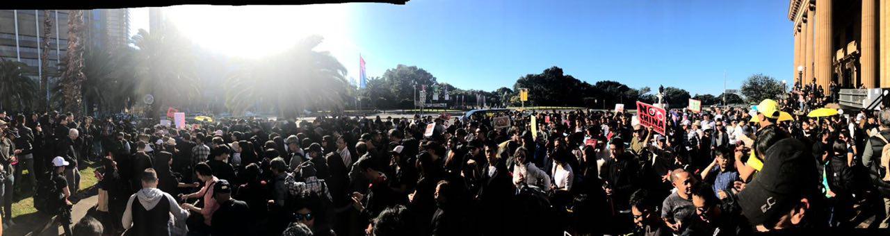 約2,000人參加「悉尼香港人反送中遊行」,從新南威爾斯州立圖書館,遊行至澳洲外交事務及貿易部。(現場參與港人提供)