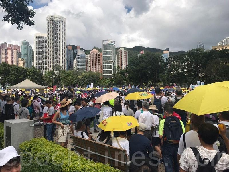 下午2時左右,維園已有大量參加遊行的市民。(林怡/大紀元)