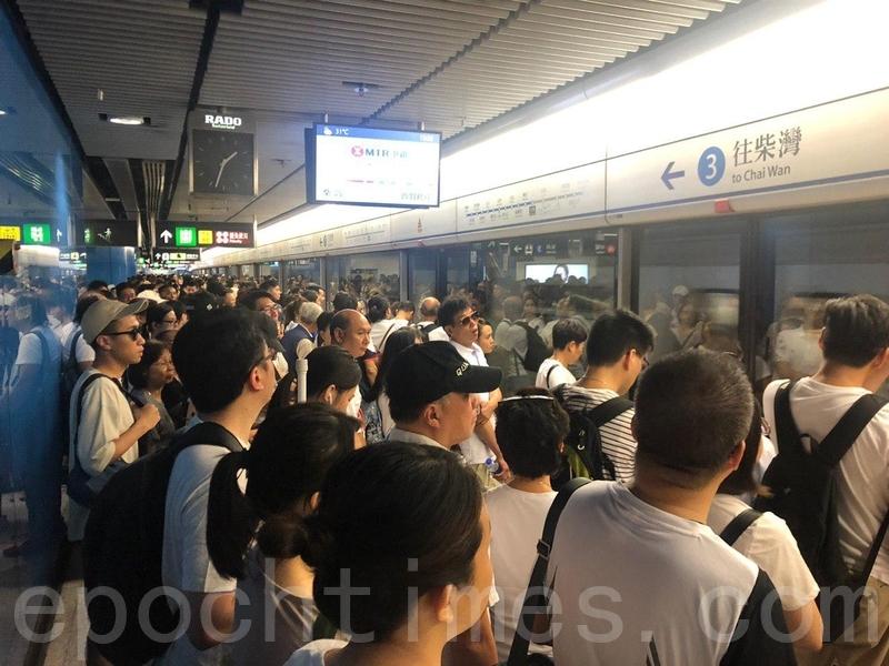 港島綫的月台逼滿前往維園參加遊行的市民。(梁珍/大紀元)