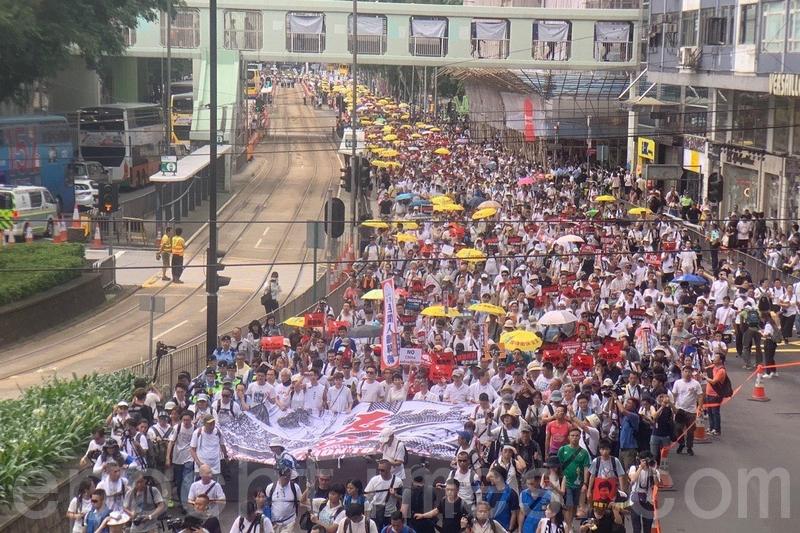 遊行原訂下午3時正式出發,但由於參與遊行的人數眾多,民陣按警方要求提早出發。(李逸/大紀元)