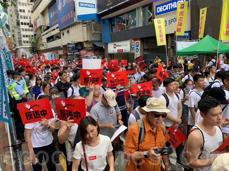 遊行龍頭已起步,大量參加遊行的市民繼續經百德新街前維園。(李逸/大紀元)