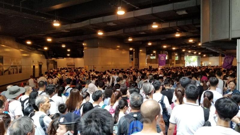 大量市民在天后港鐵站外的巴士站大排長龍,等候進入維園。(泰然/大紀元)