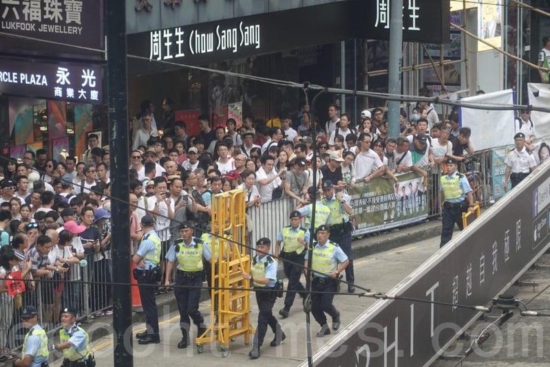 希慎廣場附近的天橋,市民要求警方開路。(余鋼/大紀元)