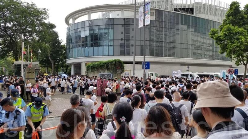 有參加遊行的市民表示,經過超過一小時後,才由地鐵站進入維園,但仍未到起點的草地。(泰然/大紀元)