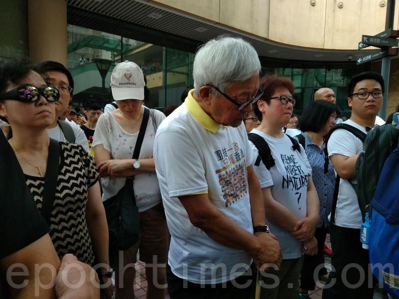 天主教香港教區榮休主教陳日君樞機,在銅鑼灣中央圖書館前,帶領教徒祈禱。(林怡/大紀元)