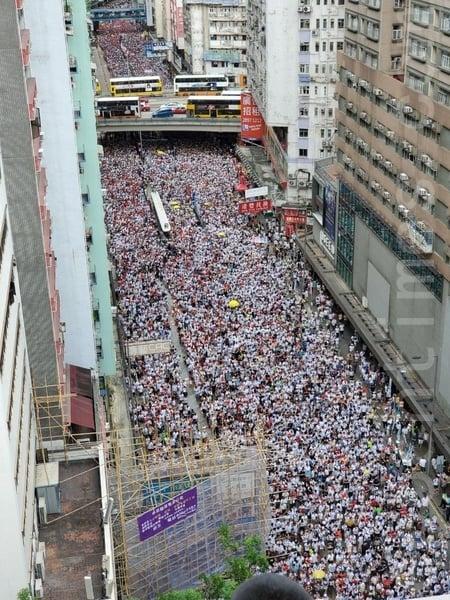 在高空可見,參加遊行的市民逼滿整個銅鑼灣。(李逸/大紀元)