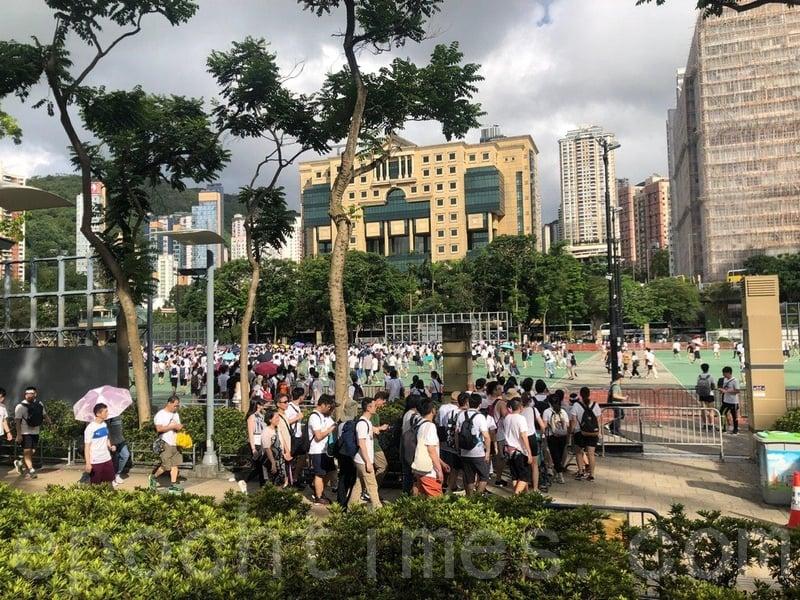 大批市民自行從警方不開放的足球場離開維園。(梁珍/大紀元)