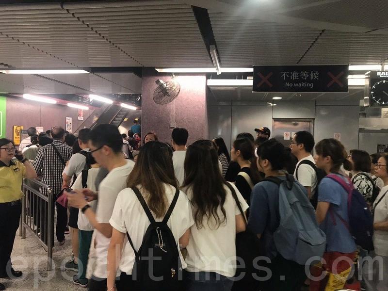 在港鐵銅鑼灣站內,仍然有大量市民排隊等候離開,前往維園。(梁珍/大紀元)