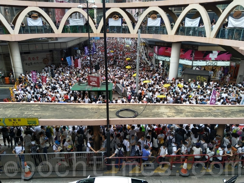 遊行開始超過2小時,市民仍源源不斷地由維園出發。(李家宏/大紀元)