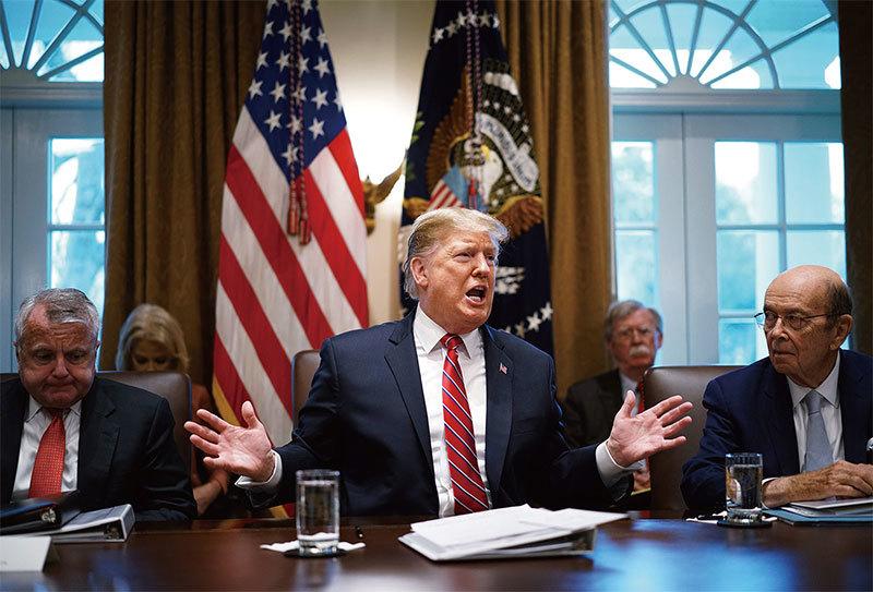 中美貿易戰打到今天,仍然沒有達成協議。圖為2019年2月特朗普在白宮與內閣成員開會。(Getty Images)