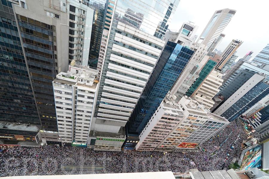 在高空可見,參加反送中惡法大遊行的市民逼滿整個銅鑼灣。(李逸/大紀元)