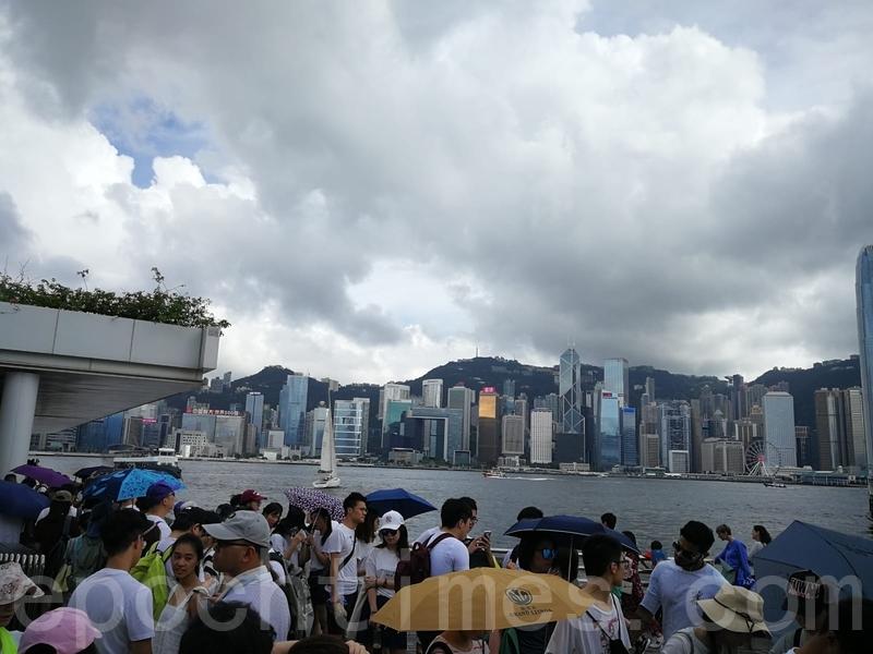 下午約4時很多市民在尖沙咀天星碼頭排隊等候上船,過海參加遊行。(讀者提供)
