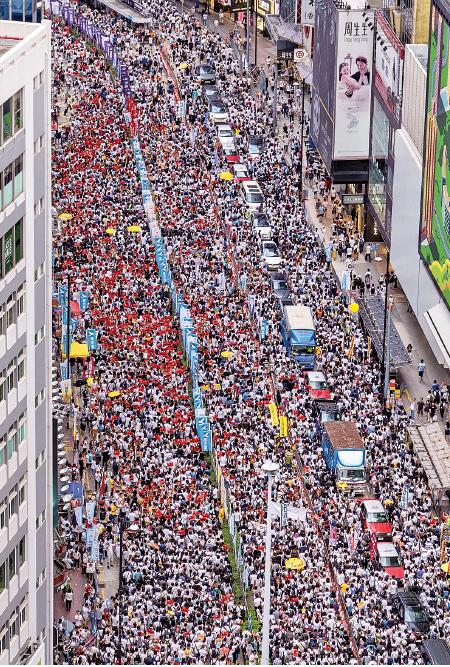 下午從銅鑼灣高空所見,遊行人士逼滿軒尼斯道全部行車線。(李逸/大紀元)