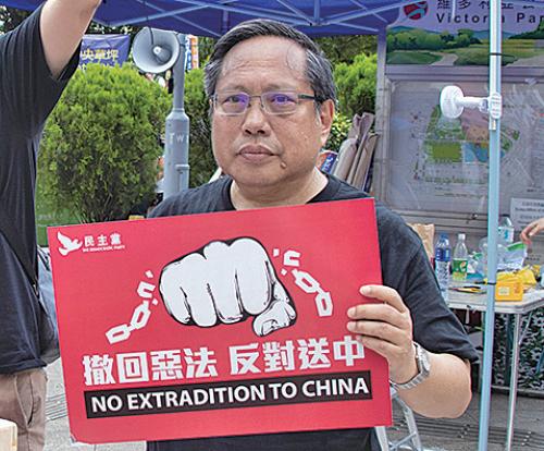 支聯會主席何俊仁形容《逃犯條例》修訂似一個金剛箍,箍著香港,呼籲港人站出來反對惡法。(蔡雯文/大紀元)