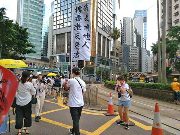 一位來自中國大陸的民眾,舉著「我是內地人,撐香港反惡法」的標語加入遊行。(林怡/大紀元)