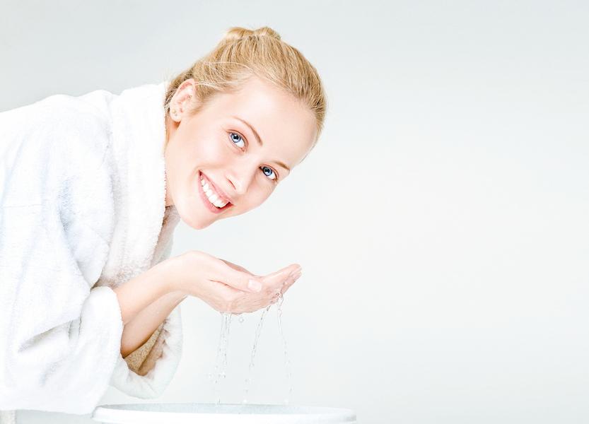 自製一盆讓你 不長皺紋的洗臉水
