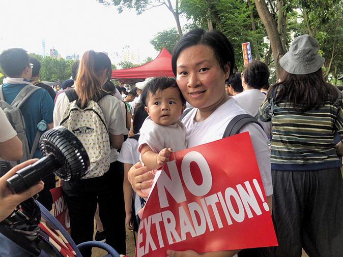 林太帶著只有6個月大的女兒遊行。(梁珍/大紀元)