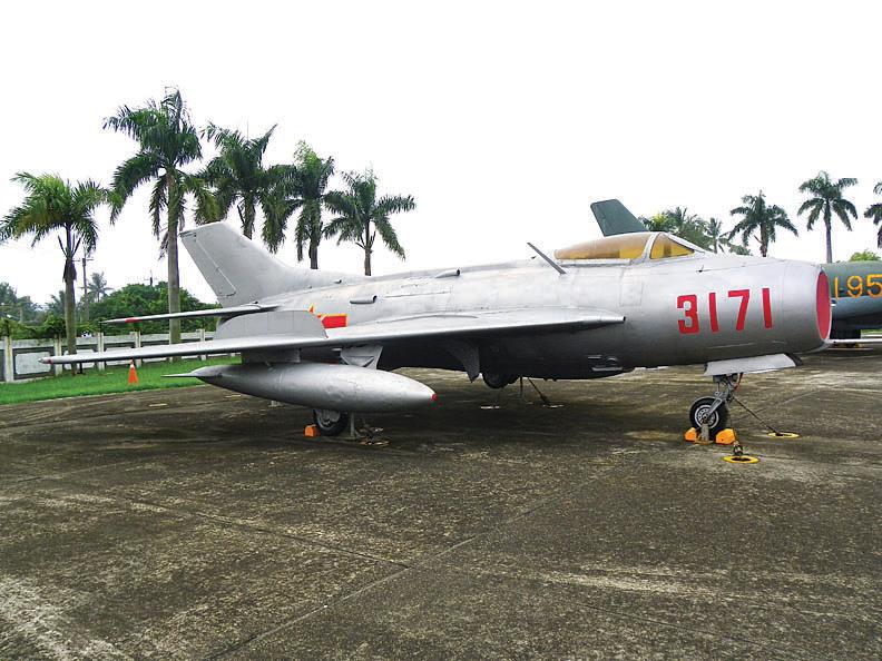 瀋陽飛機工業集團所生產的殲-6戰機(上)是以米格-19戰機(下)為原型仿製。(公共領域)