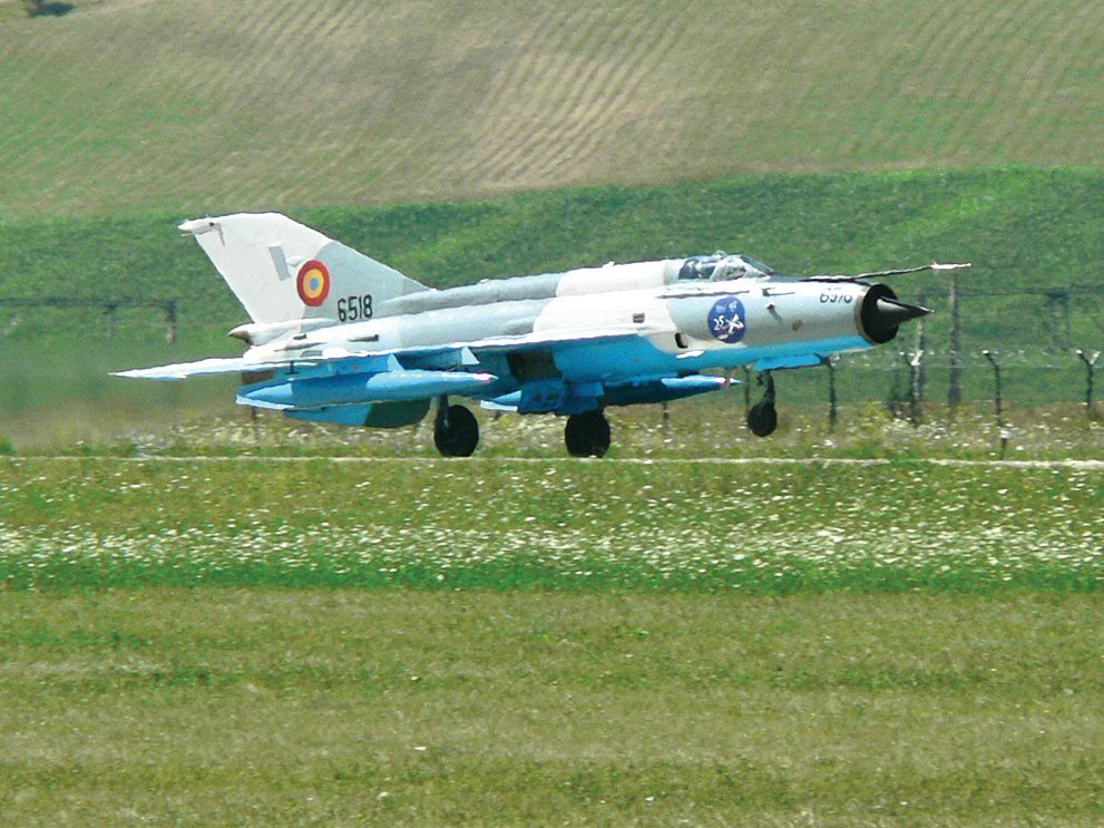 成都飛機工業集團所生產的殲-7戰機(上)是以米格-21戰機(下)為原型仿製。(公共領域)