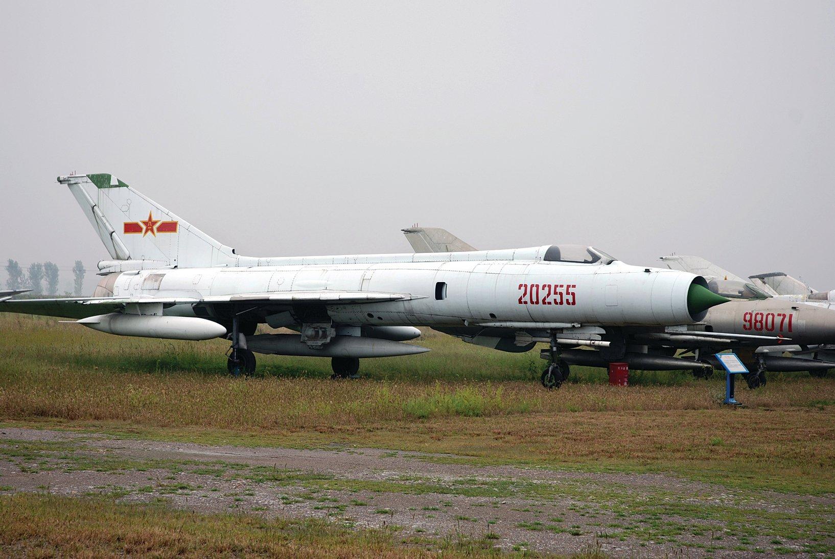 殲-8戰鬥機(圖)其實是把殲-6的尾巴和殲-7的頭結合在一起的產物。(公共領域)
