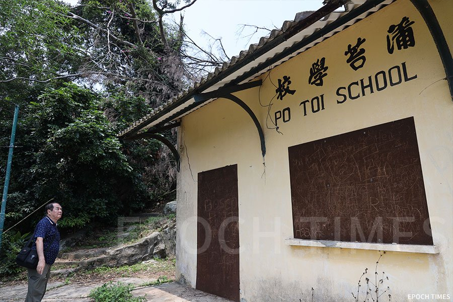 張啟勳到訪蒲苔學校緬懷一番。(陳仲明/大紀元)