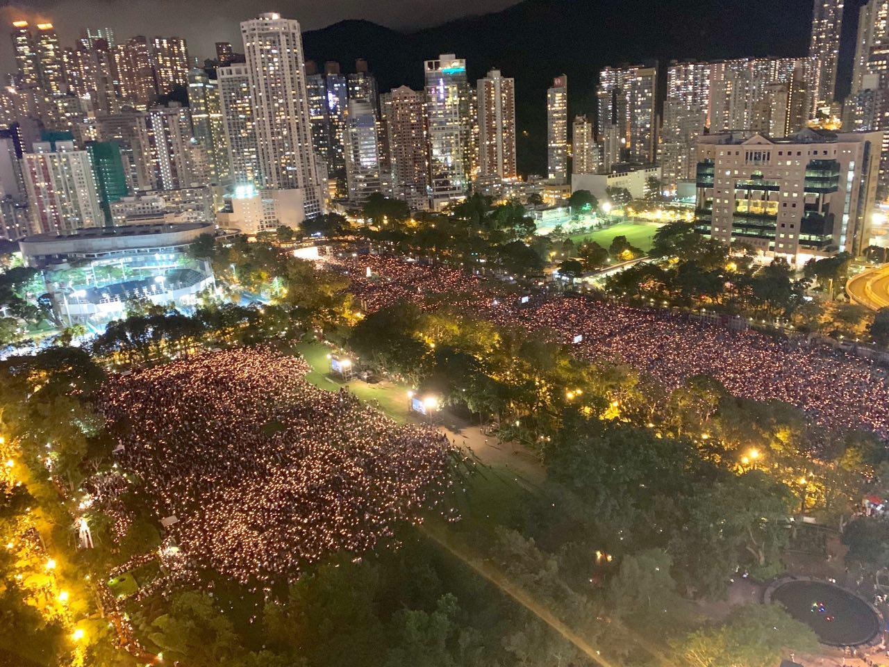 2019年6月4日,香港18萬人參加六四事件30周年燭光晚會。(李逸/大紀元)