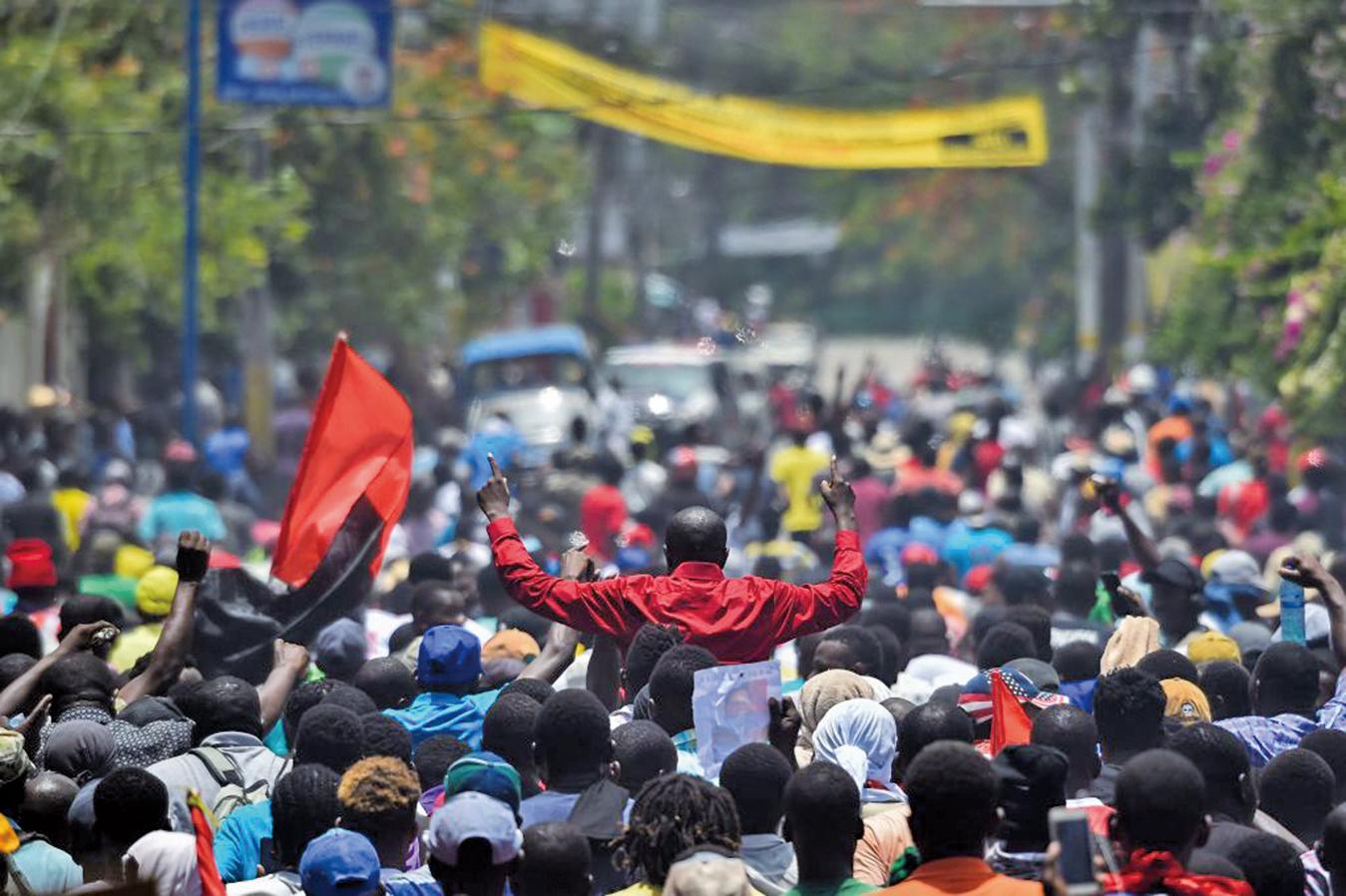 數以千計示威者走上海地首都太子港街頭遊行,要求總統摩依士為涉嫌侵吞公款下台。(AFP)