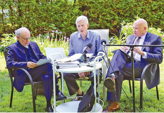 喬高、麥塔斯和葛特曼在渥太華介紹活摘器官的更新調查報告。(梁耀/大紀元)