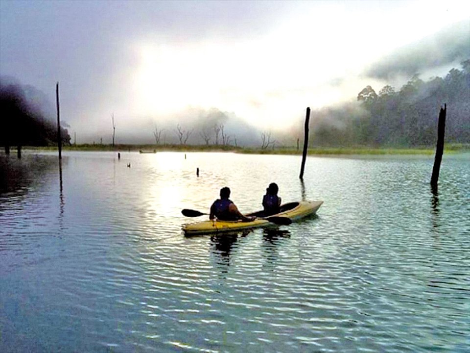 馬來西亞柏隆 在貝魯姆雨林度假村體驗獨木舟。