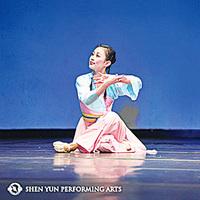 古典舞演員手中的花與劍