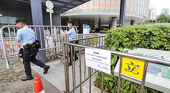 市民今日還未包圍立法會,警方已於昨日鐵馬包圍立法會。(蔡雯文/大紀元)