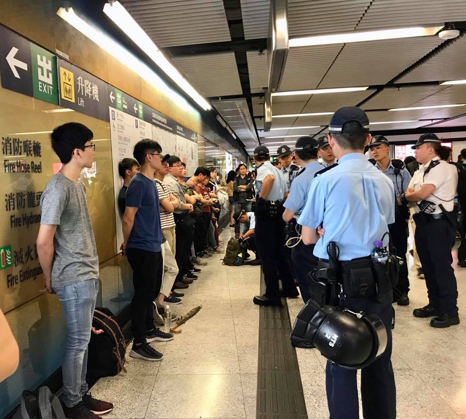大量年輕人昨晚在金鐘站內被警方截停及搜查,立法會議員批評警方濫用權力。(網絡圖片)