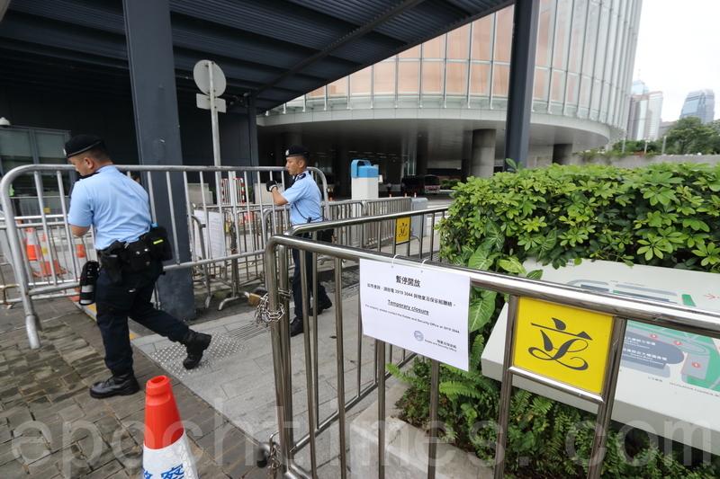 立法會行管會決定即時暫時關閉示威區。警方則用大量鐵馬封鎖立法會外圍。(蔡雯文/大紀元)
